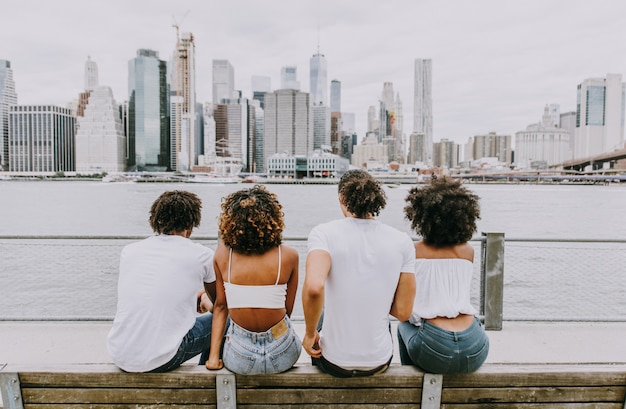 Groupe d'amis passant du temps ensemble à new york