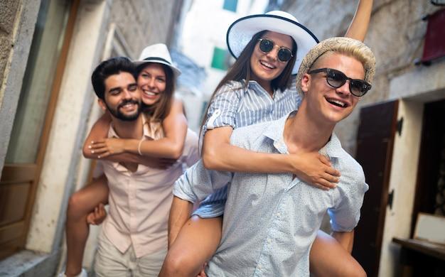 Groupe d'amis passant du temps de qualité ensemble en été