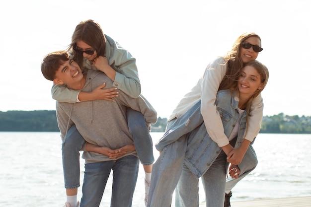 Groupe d'amis passant du temps de qualité ensemble