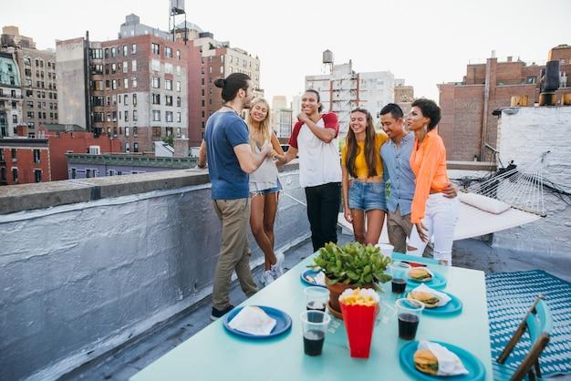 Groupe d'amis, passer du temps ensemble sur un toit à new york, concept de style de vie avec des gens heureux