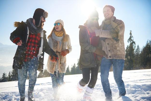 Groupe d'amis pendant les vacances d'hiver