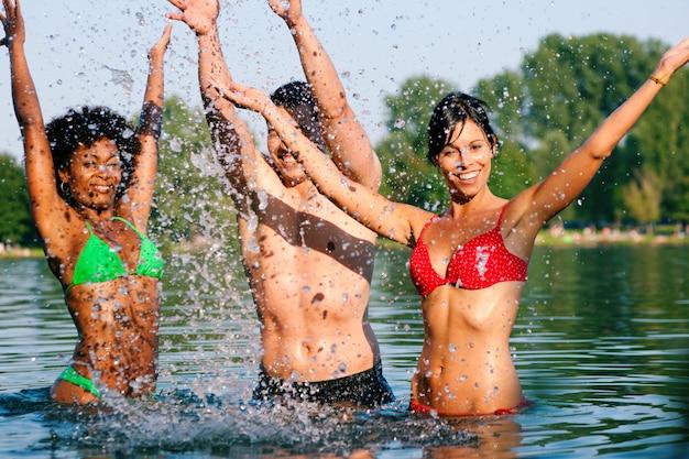Groupe d'amis - plaisir au bord du lac