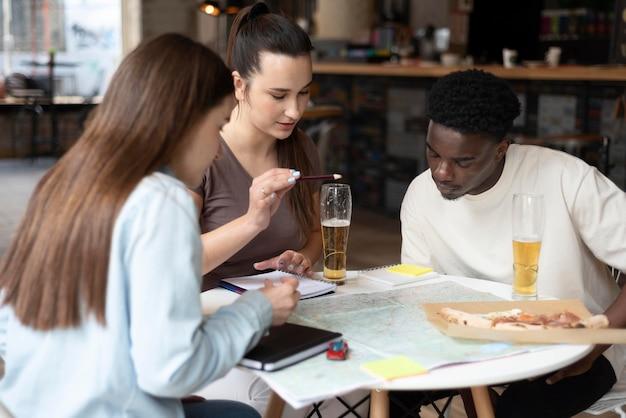 Groupe d'amis planifiant un voyage dans un café