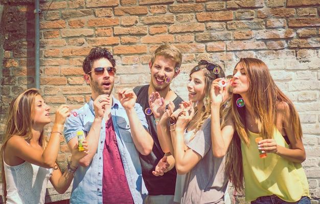 Groupe d'amis en plein air
