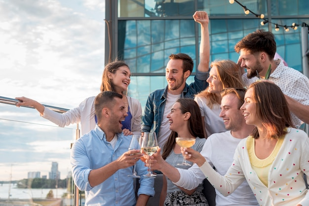 Groupe d'amis portant un toast lors d'une fête