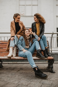 Groupe d'amis posant ensemble à l'extérieur