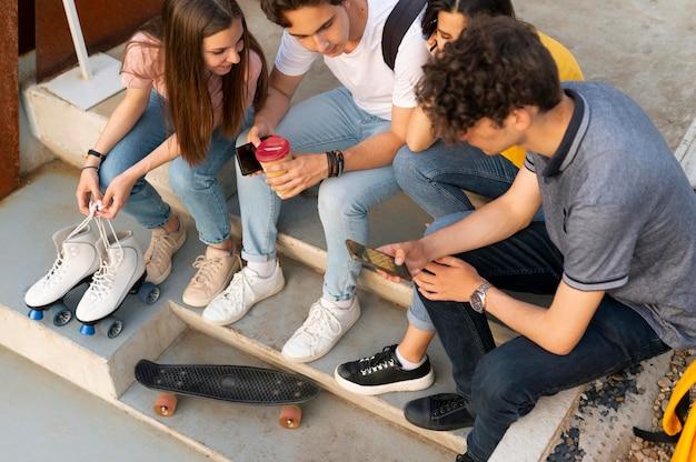 Groupe d'amis prenant un café en plein air dans la ville