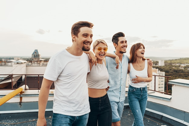 Groupe d'amis profitant de l'extérieur au toit
