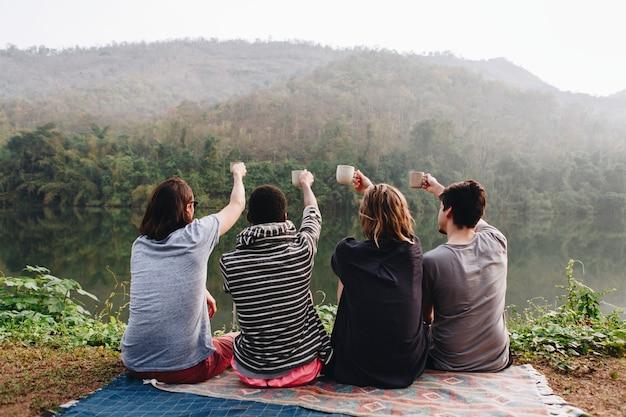 Groupe d'amis profitant de la nature