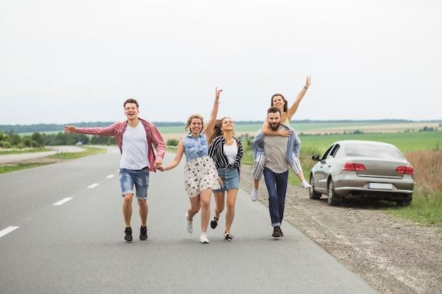 Groupe d'amis profitant de la route