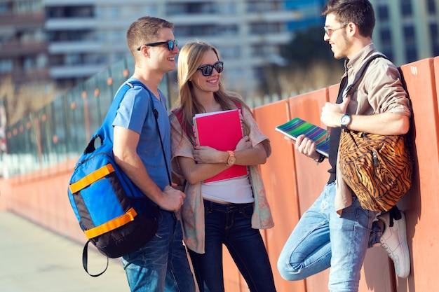 Un groupe d'amis qui parle dans la rue après la classe