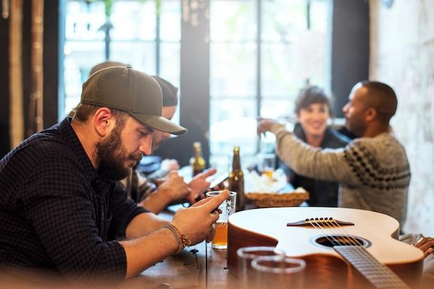 Groupe d'amis qui passent du temps ensemble dans un pub
