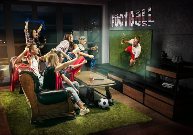 Groupe d'amis regardant des matchs de sport de championnat de match de télévision