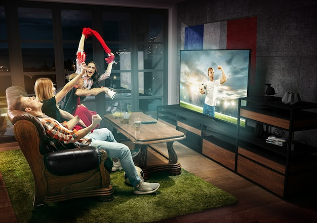 Groupe d'amis regardant la télévision, match de football pour enfants en france, jeux de sport
