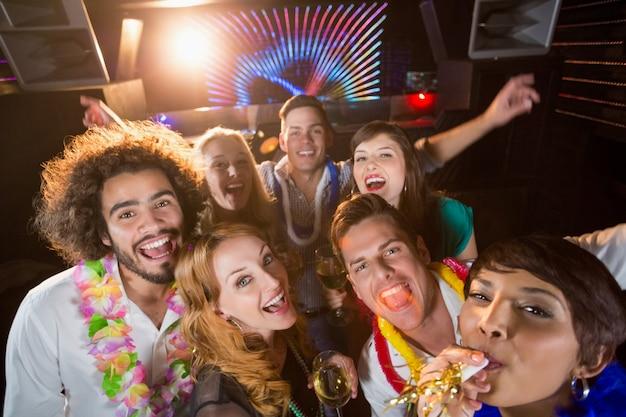 Groupe d'amis s'amusant au bar