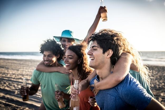 Groupe d'amis s'amusant au bord de la mer