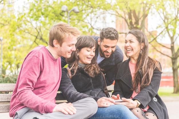 Groupe d'amis s'amusant dans un parc à berlin