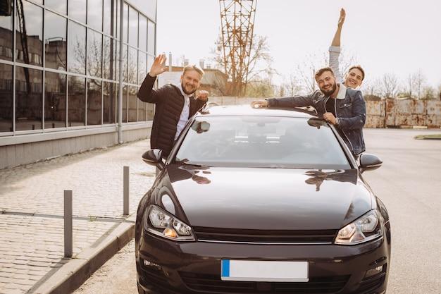 Un groupe d'amis s'amusant dans la voiture.
