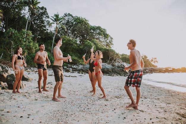 Groupe d'amis s'amusant sur la plage sur une île solitaire