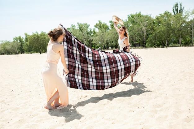 Groupe d'amis s'amusant sur la plage
