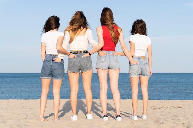 Groupe d'amis s'amusant à la plage