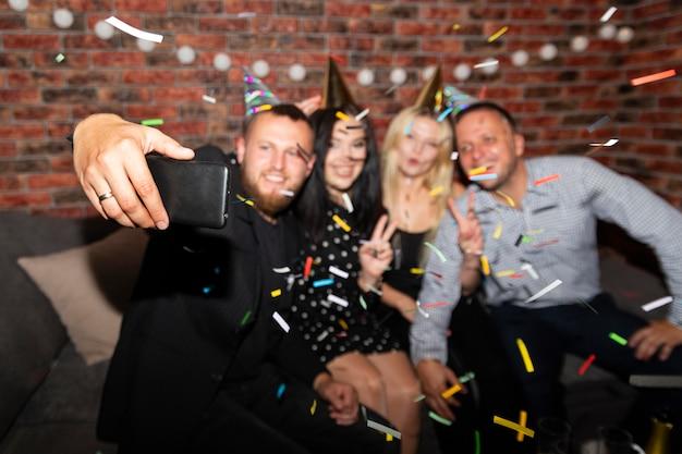 Groupe d'amis s'amusant le soir du nouvel an