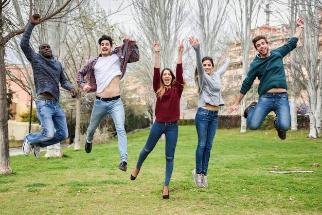Groupe d'amis sautant à la fois
