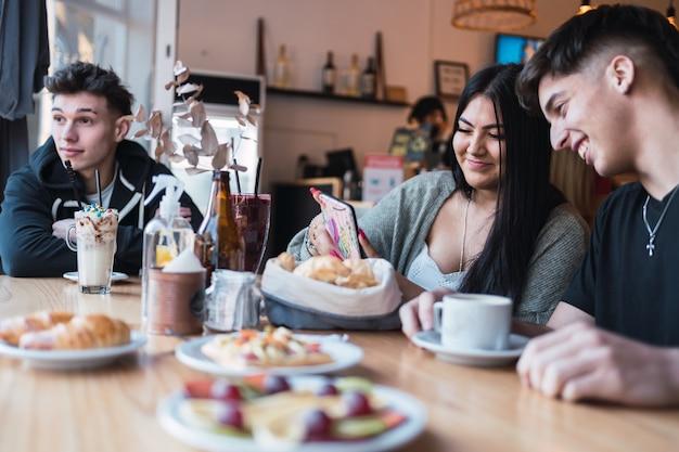 Un groupe d'amis savourant une délicieuse collation dans un café-bar.
