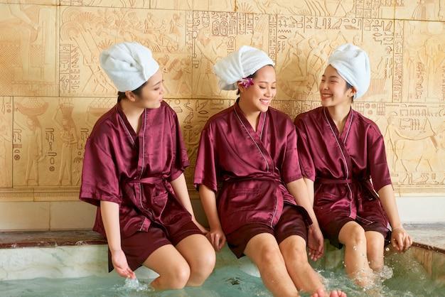 Groupe d'amis se détendre au spa
