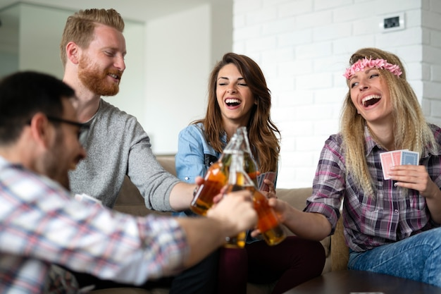 Groupe d'amis se détendre, s'amuser et passer du temps ensemble