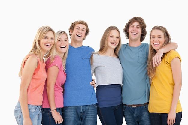 Un groupe d'amis se tenant et souriant