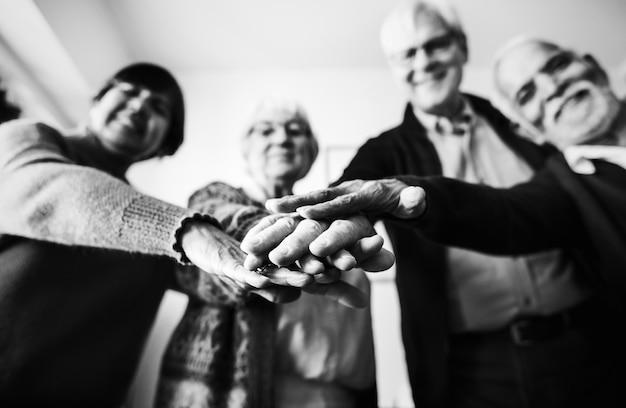 Groupe d'amis seniors en collaboration