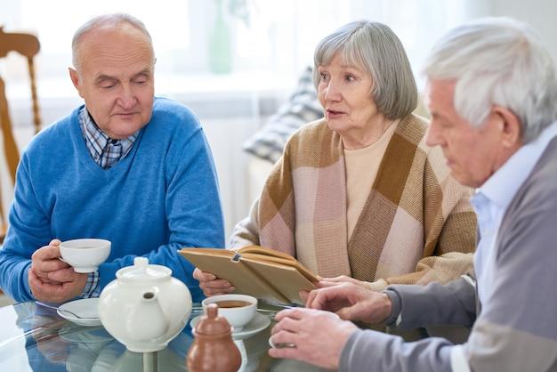 Groupe d'amis seniors dans une maison de retraite
