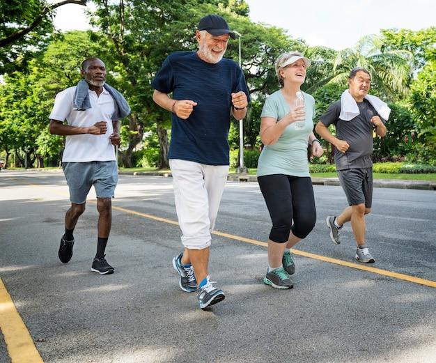 Groupe d'amis seniors faisant du jogging ensemble dans un parc