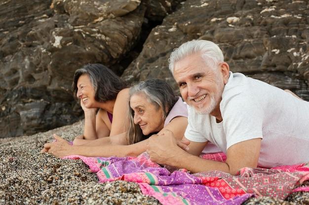 Groupe d'amis seniors profitant de leur journée à la plage
