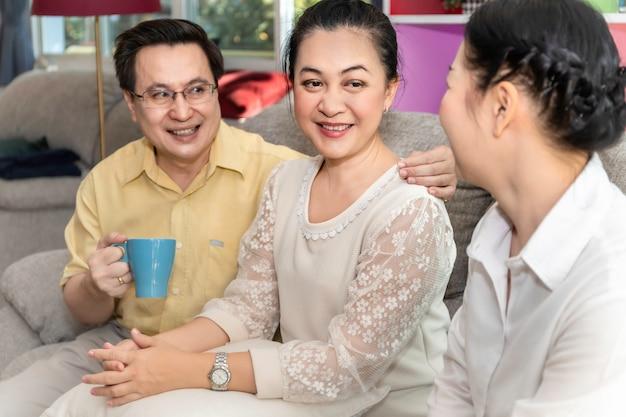 Groupe d'amis seniors retraités asiatiques parler en maison de soins infirmiers.