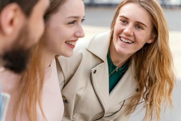 Groupe d'amis smiley en plein air dans la ville
