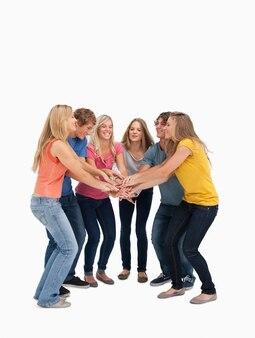 Un groupe d'amis souriant et prêt à acclamer