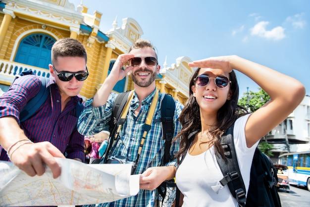 Groupe d'amis de touristes à la recherche de sens lors d'un voyage à bangkok en thaïlande