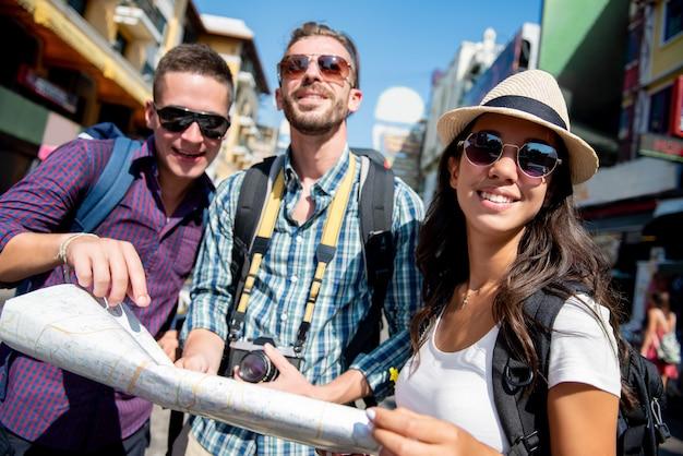 Groupe d'amis touristes routards voyageant à bangkok, thaïlande, en vacances