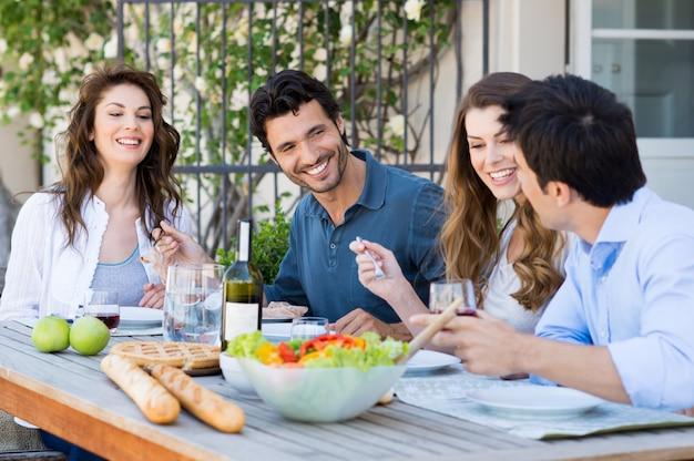 Groupe d'amis en train de dîner