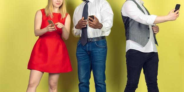 Groupe d'amis utilisant des smartphones mobiles