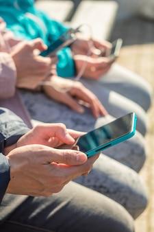 Un groupe d'amis utilise des téléphones mobiles.
