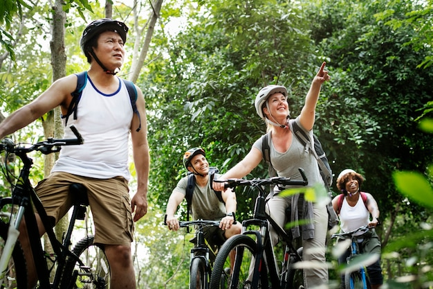 Groupe d'amis sur le vélo ensemble