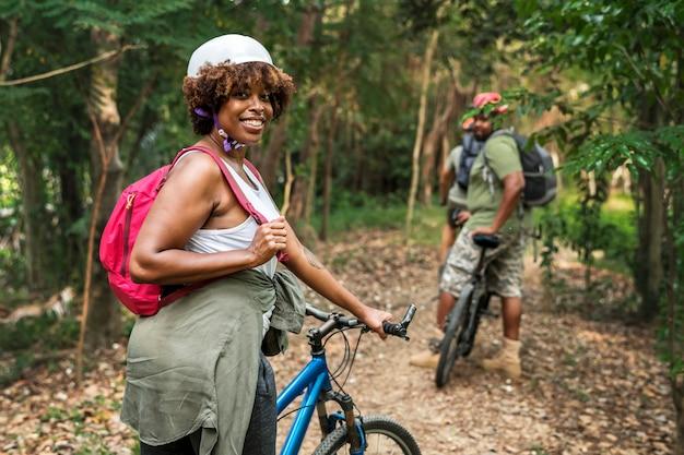 Groupe d'amis à vélo ensemble