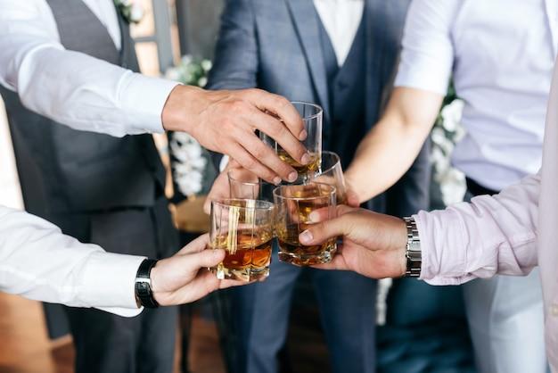 Groupe d'amis avec des verres de whisky