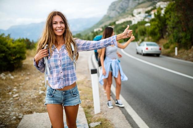 Groupe d'amis voyageant ensemble pendant les vacances d'été