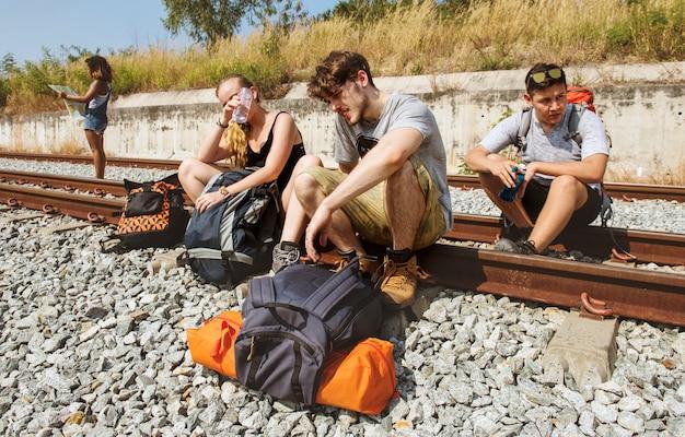 Groupe d'amis voyageant ensemble