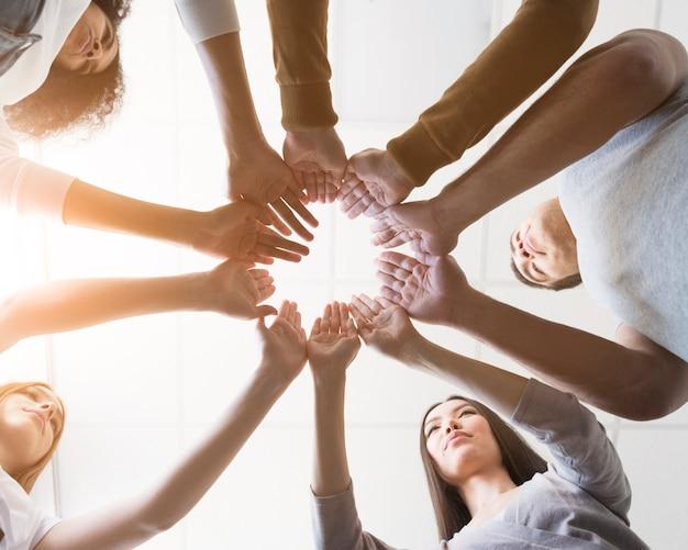 Groupe d'amis vue basse, main dans la main