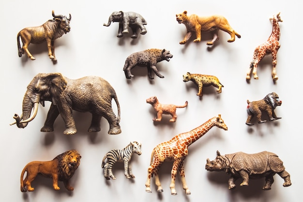 Groupe d'animaux jouets isolés sur blanc
